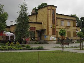 """Photo: Supraśl. Miejscem spotkania z Michałem ma być, spenetrowana przez niego przed rokiem, knajpka """"Jutrzenka"""". Budynek pochodzi z 1934r., dawniej pełnił funkcję kina."""