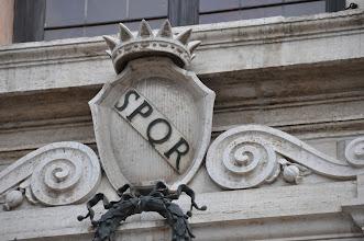 """Photo: SPQR - označení římského patricijsko-plebejského státu. Zkratka SPQR znamená latinsky Senatus populusque Romanus. V češtině to znamená """"senát a lid římský"""". Tato zkratka je k vidění i na budovách na Kapitolském náměstí."""