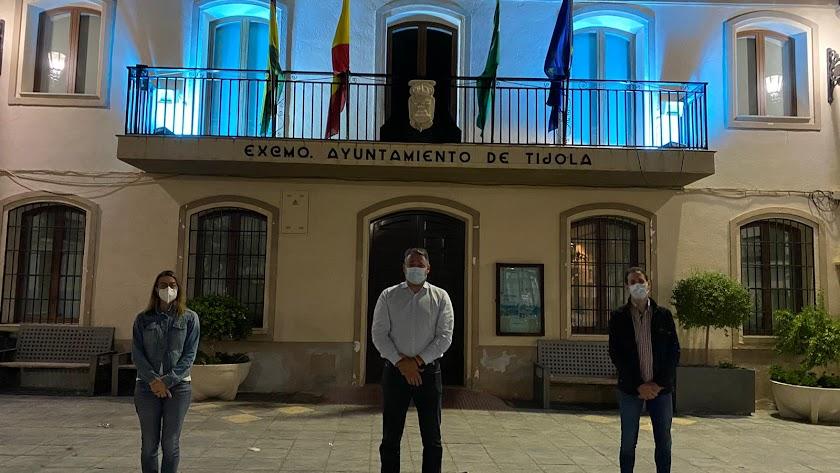 Autoridades locales frente a la fachada.