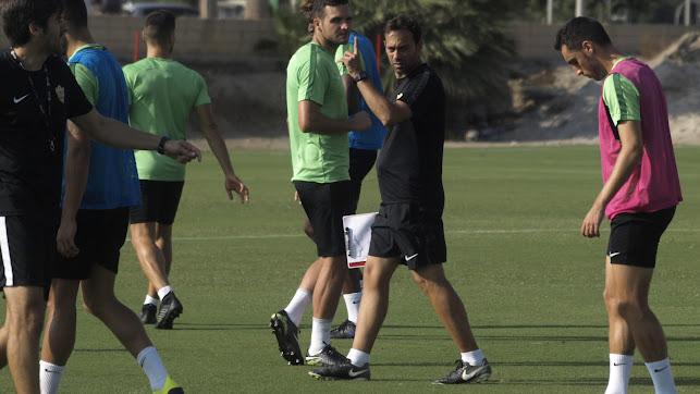 Fran Fernández con los futbolistas.