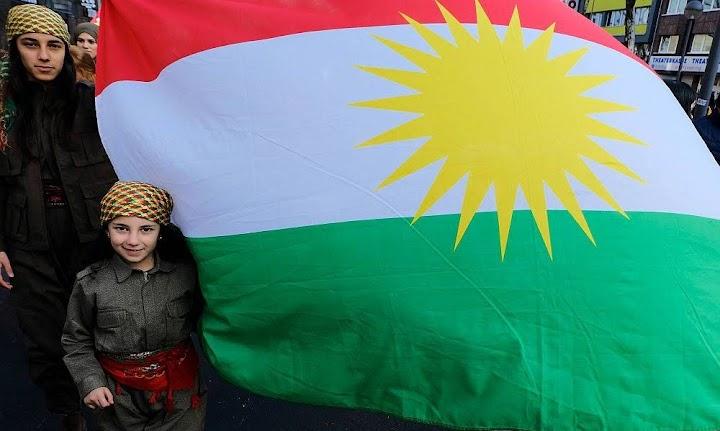 Mutter, Tochter, kurdische Fahne.
