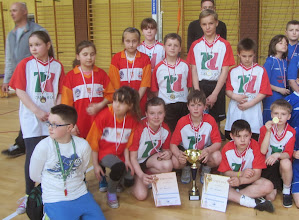 Photo: Drużyny dziewcząt i chłopców reprezentujące Szkołę Podstawową w Żmigrodzie