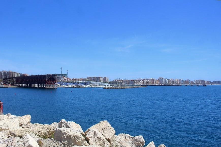 Almería, vista de la ciudad y Cable Inglés desde el Muelle de Levante del Puerto.