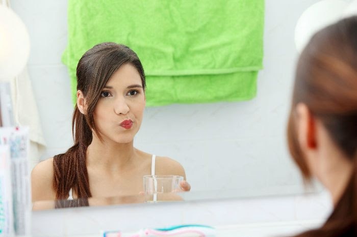 Nước ấm giúp làm sạch miệng và bảo vệ răng, lợi