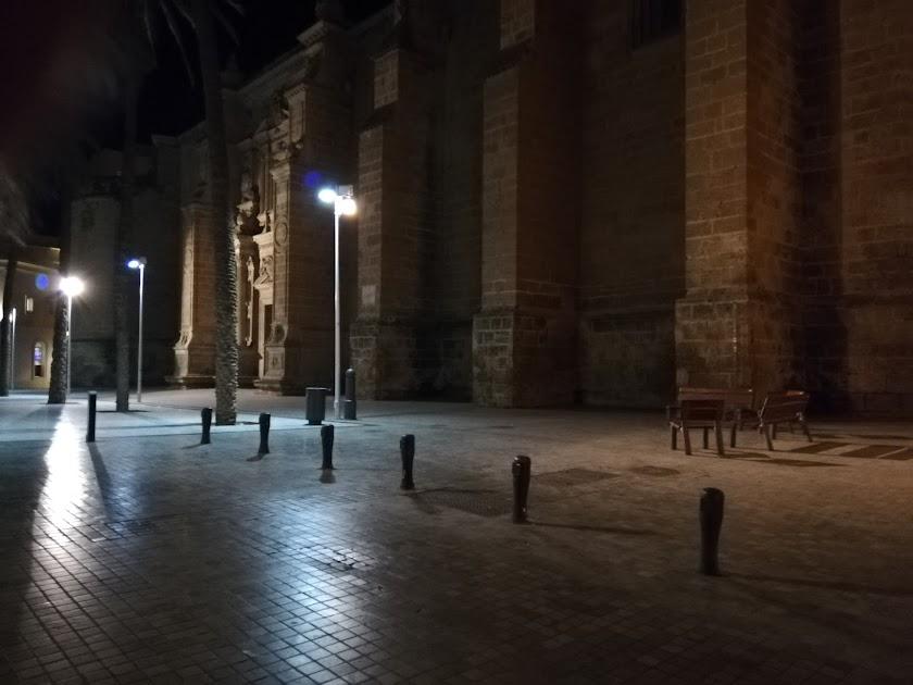 La Catedral de Almería y su entorno, a oscuras