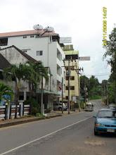 Photo: Die Klongkha Road ,links das River Hotel und dahinter das hervorstehende Krabi City Seaview Hotel -  Krabi