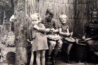 Photo: Aaltje ter Steeg, Lute, Hennie en Aaltje Hilberts 1957 (v.l.n.r.) Lute heeft zweren aan de benen