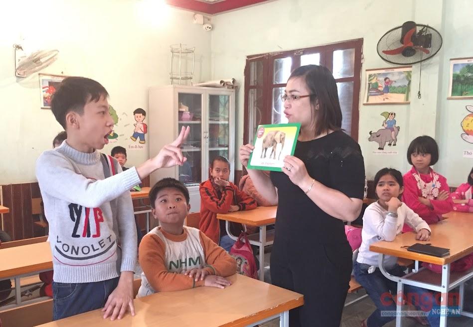 Một giờ dạy của cô giáo Phan Thị Huyền tại lớp học khiếm thính