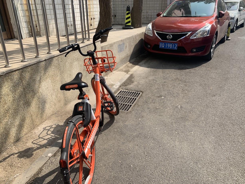 (シェアサイクル。各社ごとに色が違い、この朱色は mobiike の自転車)