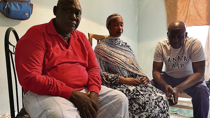 Los hermanos del fallecido Chiek Tiane Kaire ayer. A la derecha, el superviviente El Hadji Malick Diop.