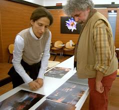Photo: Laura MARCOLINI legge il portfolio di Aldo PISCIUTTA