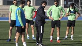 Jesús Muñoz repasando las acciones a balón parado.