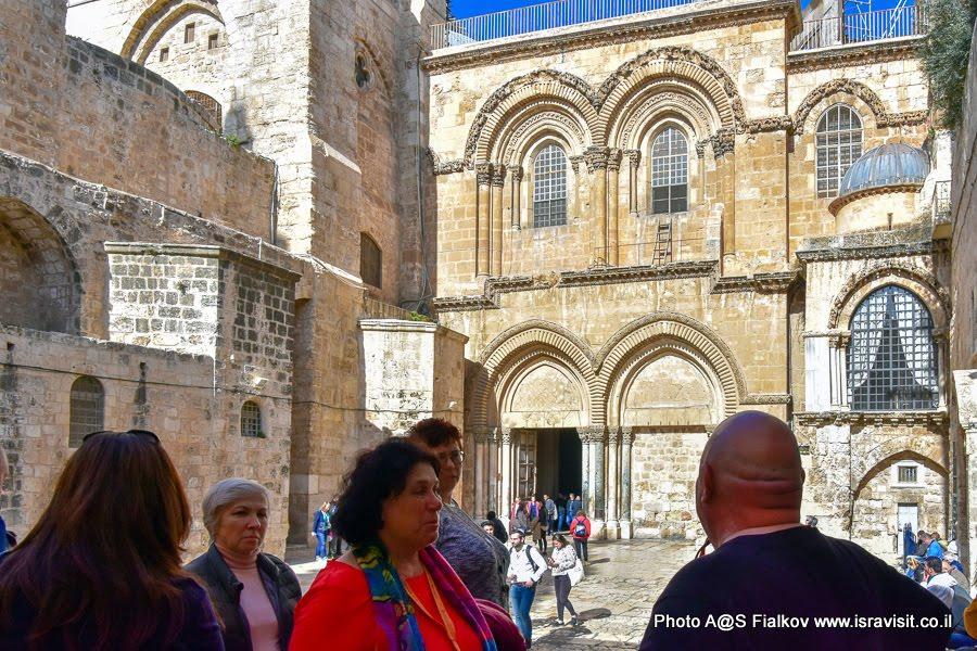 Гид в Иерусалиме Светлана Фиалкова с экскурсией у Храма Гроба Господня.