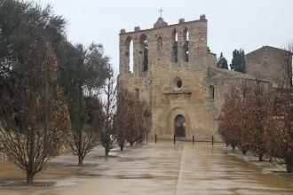 Photo: ... son église Sant Esteve au clocher-peigne ...