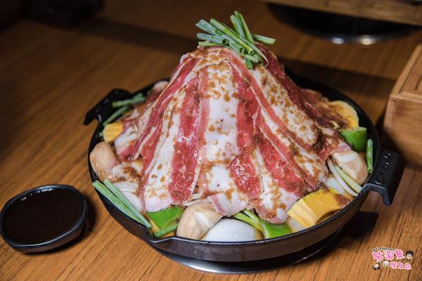 大份量肉堆疊成山的成吉思汗鍋好壯觀,麻辣鍋的湯頭也好讚,值得推薦的火鍋店