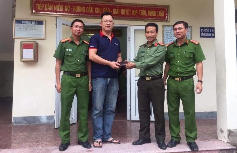 Trung úy Xồng Bá Tu trao lại tài sản cho anh Đức.
