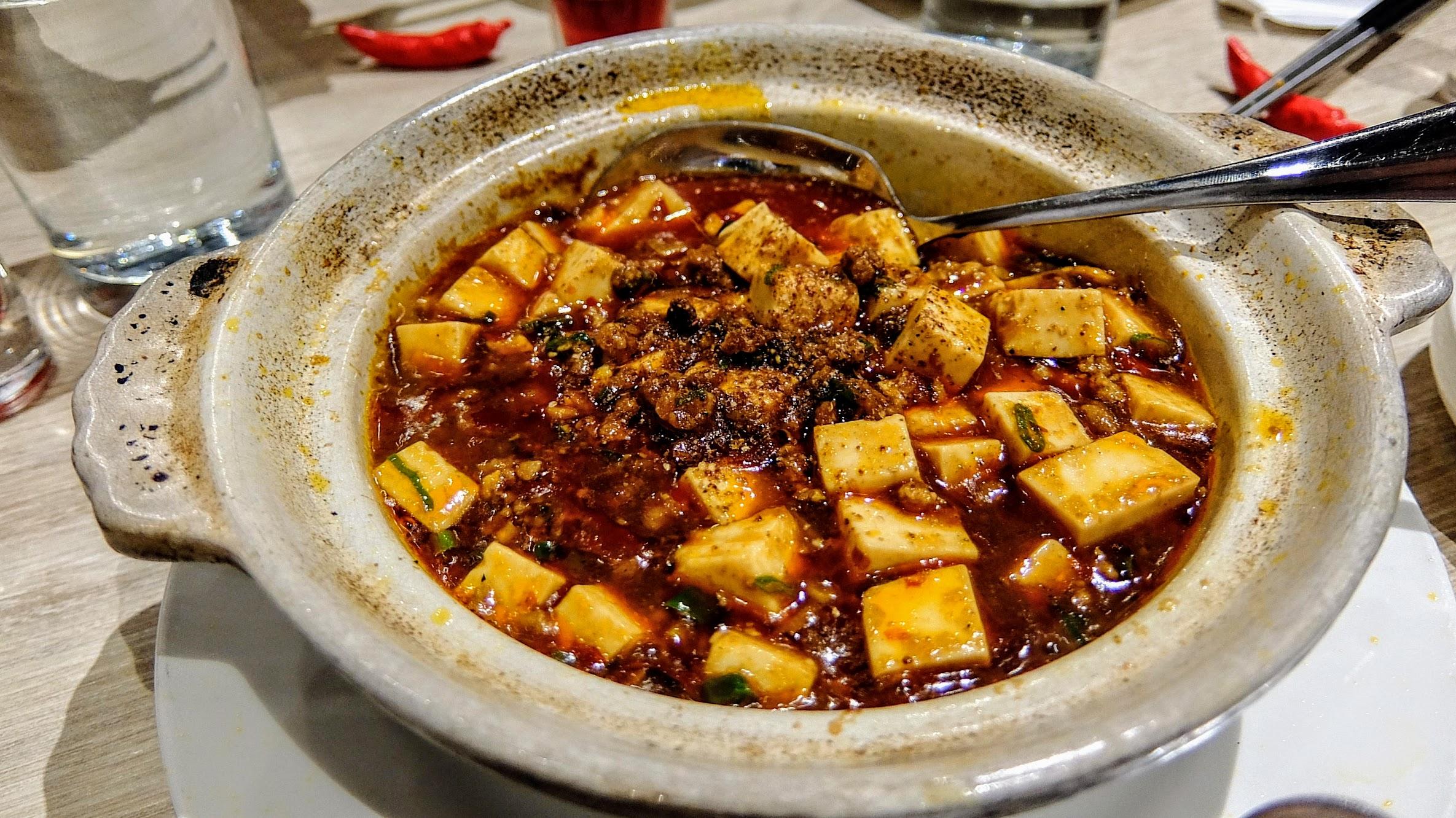 就是麻婆豆腐,看起來很辣啊! 吃起來是花椒的麻,不錯吃,也很開胃喔