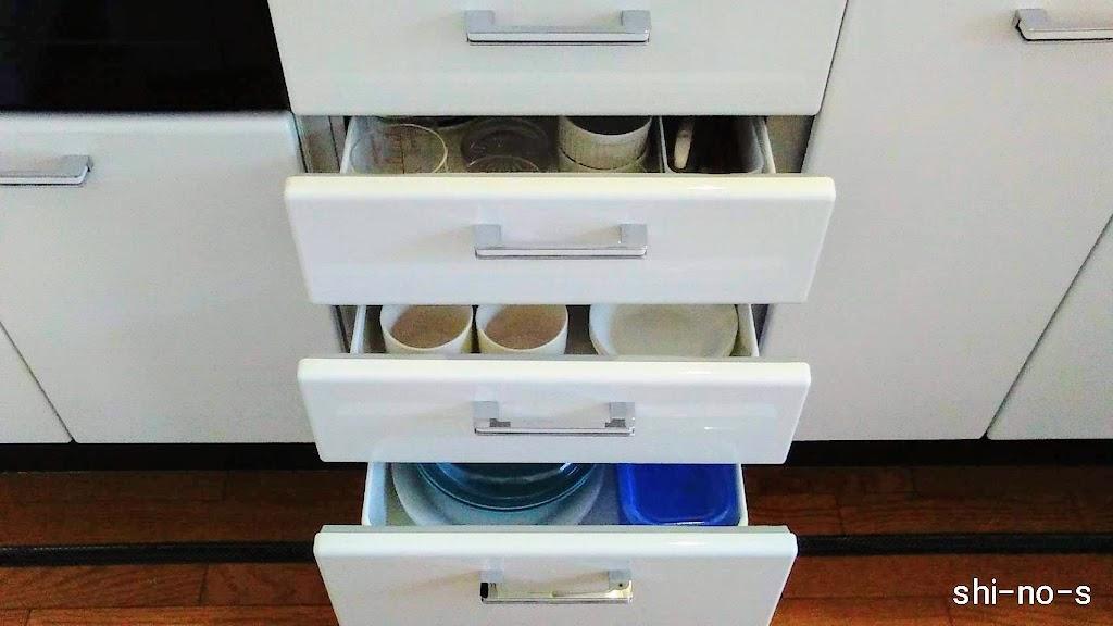 食器を収納している、キッチン引き出し3段が開いている