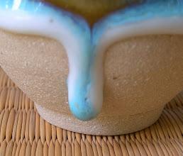 写真: しずく釉ぐい呑み拡大図 腰際でとまった陶芸釉薬の妙味をお楽しみください。 平良幸春作