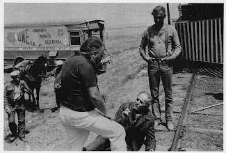 """Photo: Um das cenas dirigidas por Sergio Leone em """"Meu Nome é Ninguém"""". Henry Fonda (deitado) e Terence Hill conversam com Leone, que está de costas."""