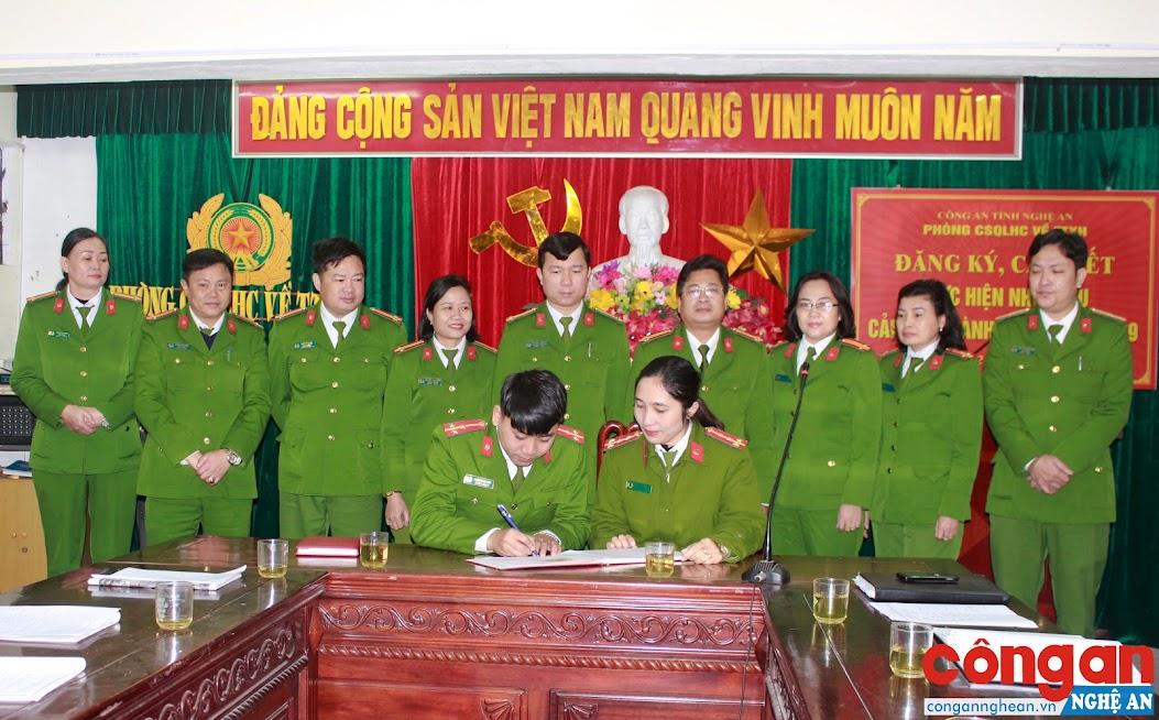 Các đội nghiệp vụ của đơn vị ký cam kết cải cách hành chính, nâng cao hiệu quả các mặt công tác