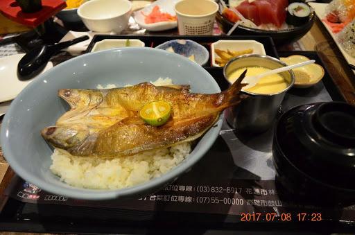 用「便當」的概念做丼飯⋯ 真的!崩潰😡 壽司飯沒醋飯 清一色全用白飯替代 白飯好吃也就算了。。。 真的~ 名氣真的太過了⋯