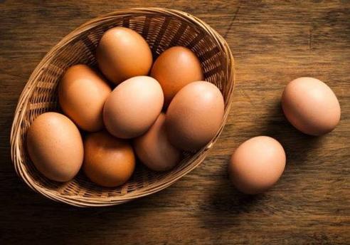 Sử dụng trứng gà luộc lăn trên lưng và toàn thân người bị trúng bùa
