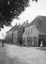 Photo: 1900 - De zuidzijde van de Heuvel. De op deze foto van omstreeks 1900 voorkomende panden stammen deels nog uit de 18e eeuw. Het huis rechts, met de brede klokgevel, was de bakkerij van de weduwe Knegtel, later garage Knegtel en daarna winkelcentrum Heuvelpoort.