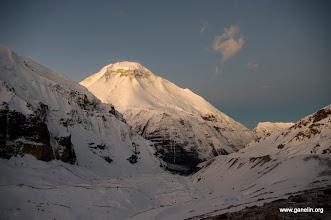 Photo: Dhaulagiri I рано утром. Вид назад с первой ступени перевала French Pass. The Eiger засыпан снегом. Слева склон Tukuche Peak.