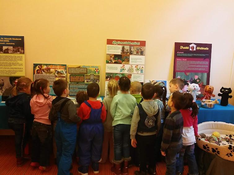 Kiállítást néző gyerekek
