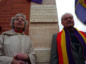Photo: Deux anciens internés du camp de Septfonds ont dévoilé la plaque