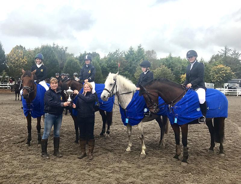 Команда девочек на лошадях получила кубок