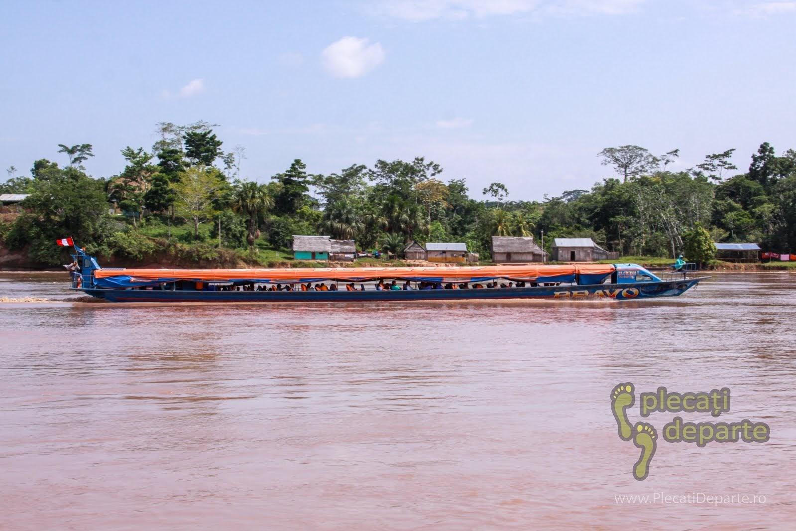 Barca metalica lunga, singurul mijloc de transport din Yurimaguas spre Lagunas, spre Rezervatia Nationala Pacaya-Samiria, Peru