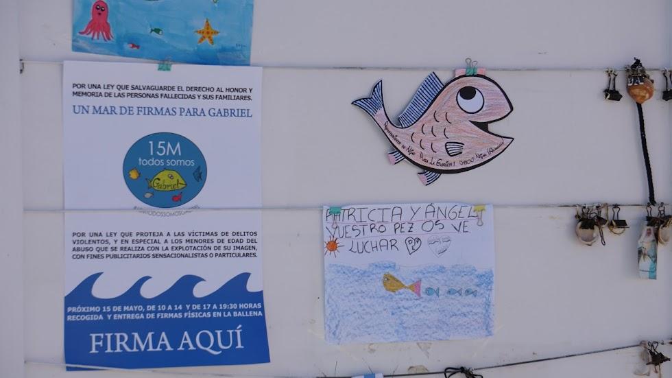 Algunos de los dibujos dedicados a Gabriel junto con el cartel de la recogida de firmas