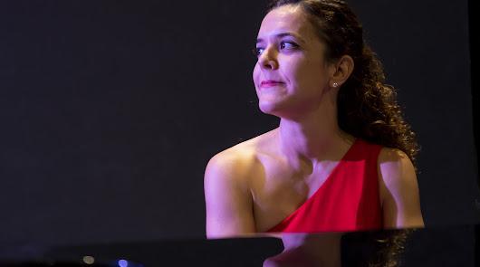 Una pianista almeriense ofrece conciertos a la carta virtuales y en el balcón