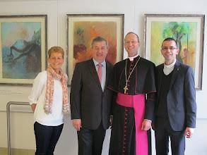 Photo: Stekllvertretende Vorsitzende Erika Trabauer, Bürgermeister Helmut Laab, unser Bischof und user Pfarrer. Und hinten hängt St. Koloman am Hollerbaum.