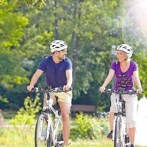 Zwei Radfahrer unterwegs mit dem Tourenrad