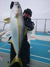 Photo: おおーっ! サイズアップ! 5kgオーバーのヒラスキャッチです! ・・・他の方々、まだ船の中。 なおかつ、完全写真NG。 困った。