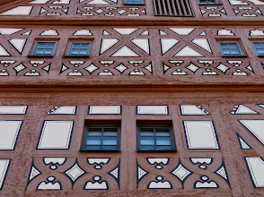 Photo: Bietigheim: Hornmoldhaus  1535/36 ließ der Stadtvogt Hornmold seinen prächtigen Wohnsitz errichten. Der repräsentative Bau prägte über Jahrhunderte das Stadtbild und vermittelt heute das Selbstverständnis und Lebensgefühl des Bürgertums einer aufstrebenden Landstadt im 16. Jahrhundert. Die aufwändige Fachwerkarchitektur und seine nahezu vollständig erhaltene Innenausmalung machen das Hornmoldhaus zu einem der bedeutendsten Bürgerhäuser der Renaissance in Südwestdeutschland. (nach Wikipedia)