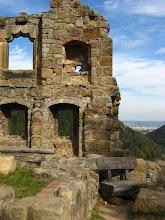 Photo: Boczne mury zamku z widokiem na dolinę.