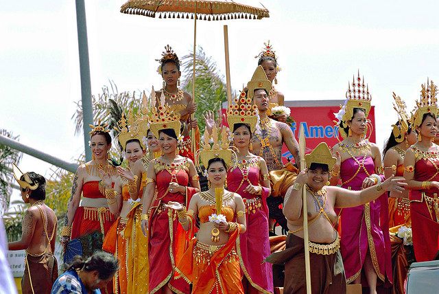 http://media.asie360.com/guidespays/cambodge/2-cambodge-parade-nouvel-an-khmer.jpg