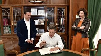 Sanz firmando el libro de honor de la Diputación.