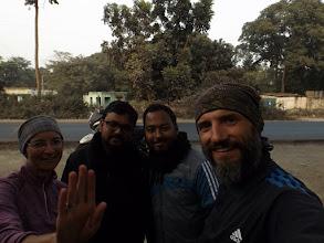 Photo: Teatime mit zwei Lehrern in der Nähe von Raiganj