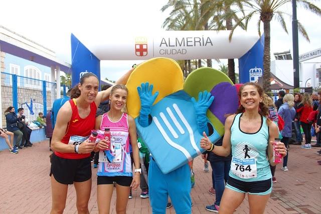 Las ganadoras femeninas de la I Runner Fashion junto a la mascota de Almería Capital Gastronómica 2.019.