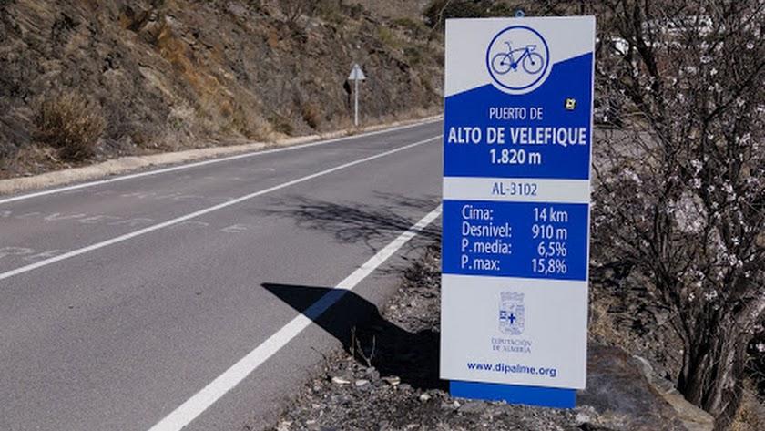 Hito con datos para ciclistas en el Alto de Velefique