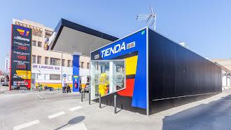 Estación  de servicio en la Carretera de Sierra Alhamilla de Almería, única en España hecha con contenedores.