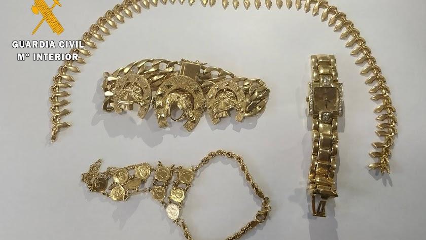 Imagen de las joyas recuperadas por la Guardia Civil.