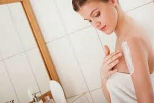 Chăm sóc da sau sinh: thoa kem dưỡng da hằng ngày