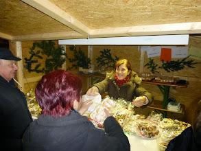 Photo: Frau Koppitz verkauft gute Mehlspeisen samt den berühmten Schaumrollen.