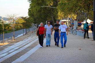 Photo: De gauche à droite : Pascal, Daniel, Bertrand, et Charles partent récupérer inscriptions, dossards, et puces -- pris en photo par Nathalie.